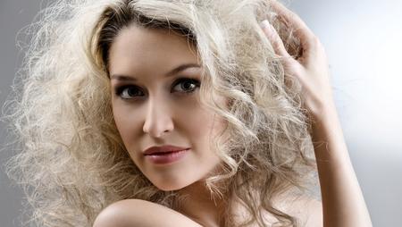На волне: топ модных стрижек для вьющихся волос в 2019 году